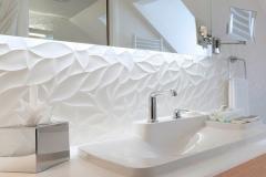 design-cette-salle-de-bains-blanche-avec-baignoire-miroir-retroeclaire-faience-matieree-et-lavabo-bouroullec_5090130