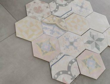 Hexagony v různých barvách a rozměrech