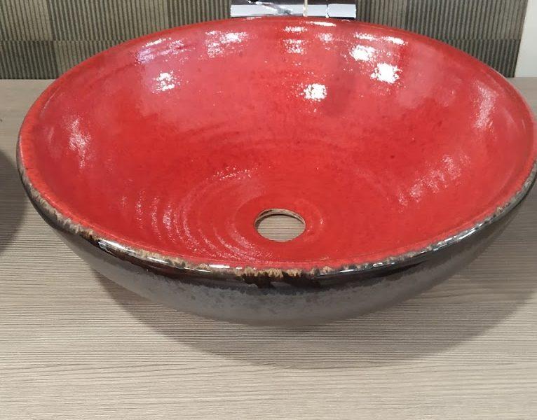 Červené keramické umyvadlo