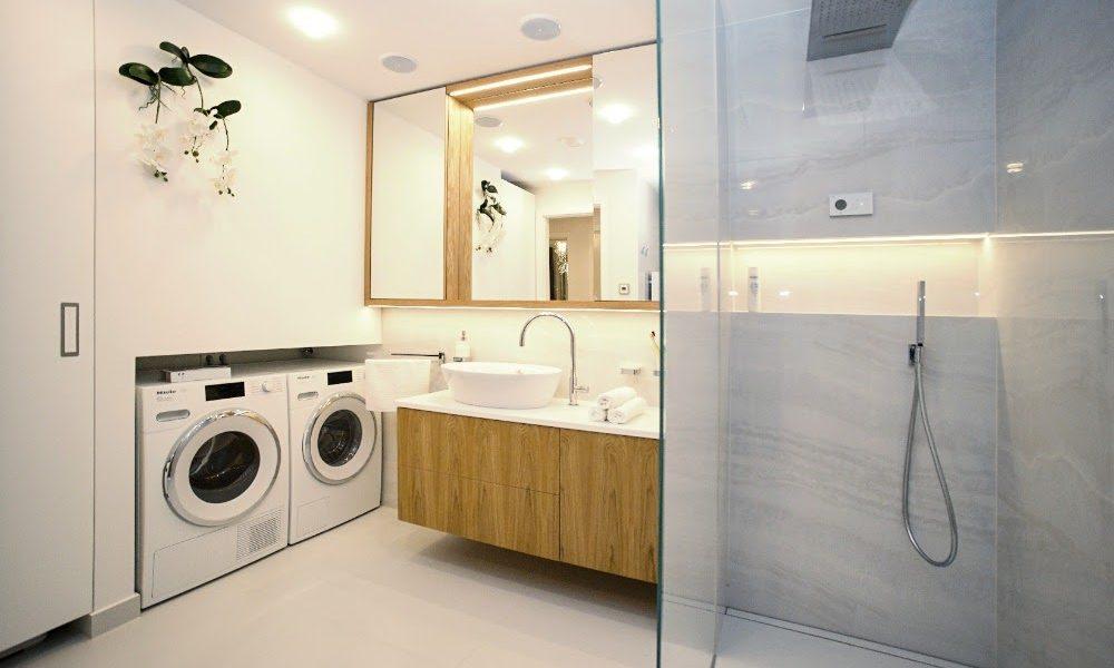 Moderní koupelna tentokrát v bílé